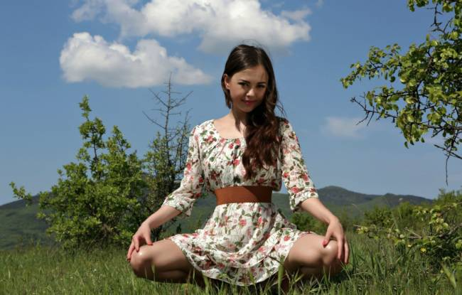 Красивая девушка в поле в июне