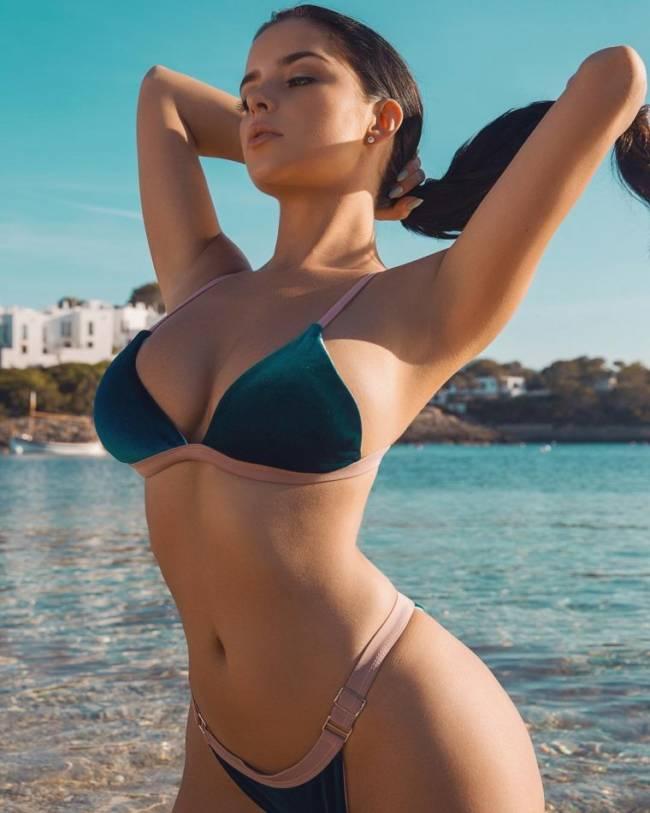 Красивые девушки в купальниках на пляже